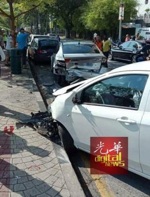 白色国产车车头毁不成形。