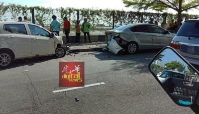 停在路旁的轿车无辜遭殃。