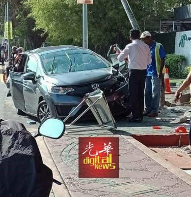 黑色本田轿车被撞到右侧的三叉路口。