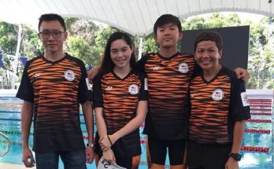 (左起)杨伟伦、严承盈、张进翔和教练丽妮在训练后合影。