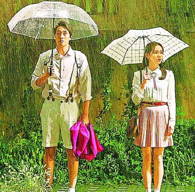 """苏志燮(左)在片中""""回春""""变成大学生,与孙艺真约会。"""