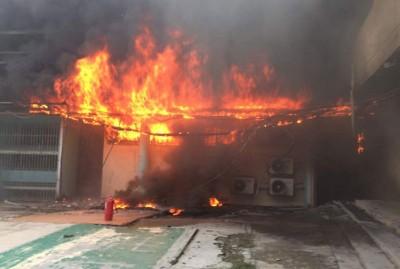 太平间仓库周六发生大火,滚烟滚滚冒上半空。