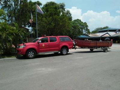 消拯队出动拯救船到现场,准备展开搜救工作。