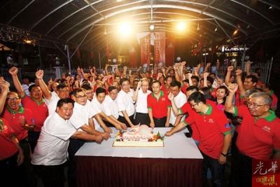 胡栋强(前排左4起)、谢宽泰、邓章耀、许子根、李文典等人带领一众领袖,喜切蛋糕欢庆民政党50周年党庆。