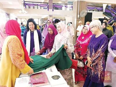槟州元首夫人参观手工艺摊格,为职场妇女打气。
