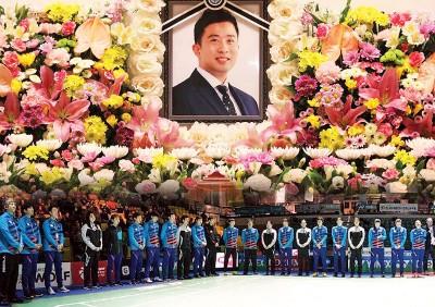 当比开始前,韩国羽球队集体被郑在成默哀一分钟。