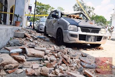 灵鹿轿车遭砖块砸得毁不成形。