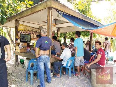 每天下午2时至6时,古邦迪卡的大人小孩都会聚集在一个泰裔住家外面的凉亭围观看电视节目。