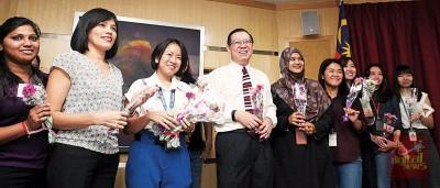 38妇女节,槟首长林冠英趁记者会后给现场所有女助理、办公室女职员甚至女记者,都送上一朵康乃馨,让人人都笑靥如花。
