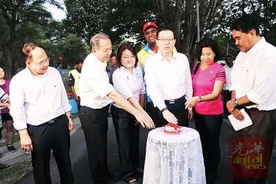 阿德南(前排左起)、罗兴强、林秀琴、林冠英、周玉清、杰瑟尼、雷尔(后排)为武吉南玛休闲公园主持亮灯仪式。