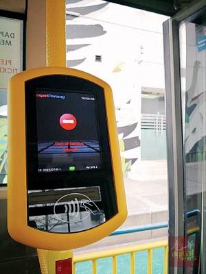 乘客上巴士之前就可以触碰屏幕,无需掏现金。