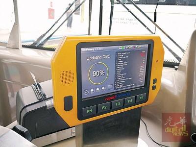 巴士司机也是使用触屏来发出车票,快捷方便。
