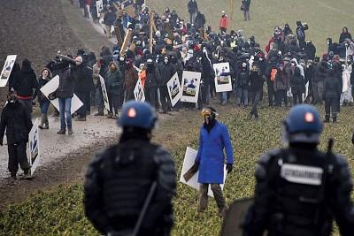 示威者与警察爆发冲突。