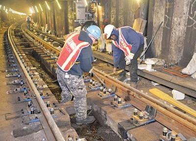 地铁维修工人的加班费被指过高。