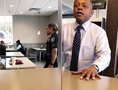 加洛(右)请一名露宿者(左图右)到快餐店饱餐一顿,结果店铺经理竟报警召警员到场赶人。