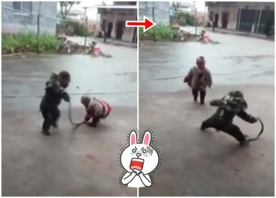 2号称男童在地上玩弄活蛇,更多次徒手拿起。