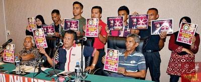 自称土著团结党基层党员的10名人士手持传单促请该党总秘书引咎辞职。