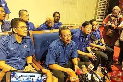 希山慕丁(左2)在再纳阿比丁(左1)和邓章耀(右2),陈德钦及理查马力肯等领袖的陪同下,抨击希联无兑现第14届大选宣言。
