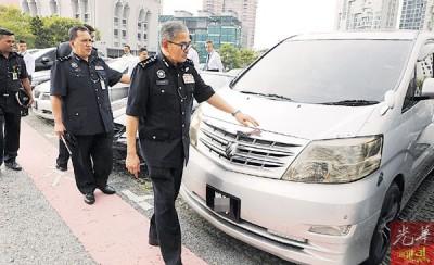 马兹南(右)对记者出示找到的失车。
