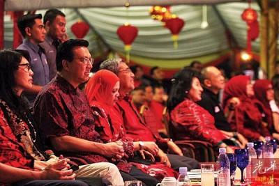 在观赏多姿多彩节目时,廖中莱坐在左侧,纳兹里则坐在右侧。