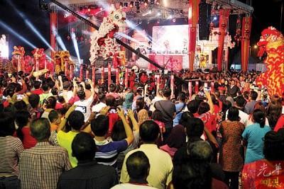舞狮精彩节目吸引人潮观赏,掌声如雷。