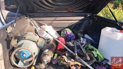 自嫌犯小卡车所搜到的破门器具,包金属探测器。