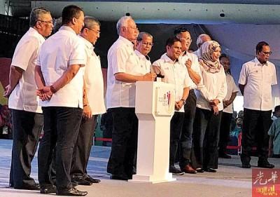 纳吉(前排左3)主持吉打和睦嘉年华会闭幕后,也推介2018-2035年吉打发展蓝图,前排左2为阿末巴沙等人陪同。