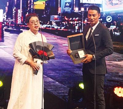 70岁香港导演许鞍华(左)获得终身成就奖。