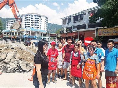 金凤凰小贩对工程造成的营业额下跌大吐苦水不已,左为林彤萱。