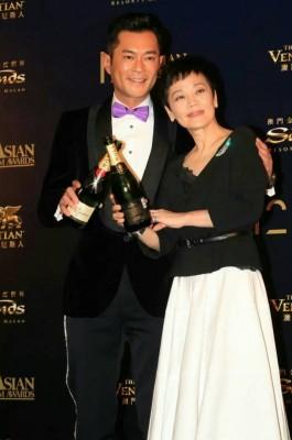 《先后12交亚洲电影大奖》影帝古天乐以及影后张艾嘉庆祝获奖。