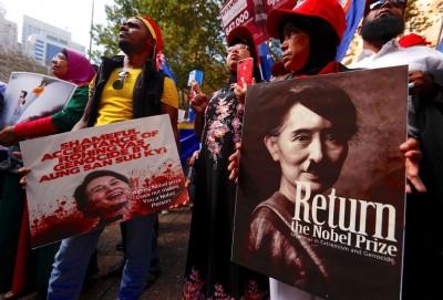 示威者将昂山素姬影射为纳粹领袖希特勒,批评她默许军方针对罗兴亚人的行动。