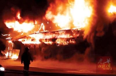 金马仑时光隧道博物馆外10个档口周日晚遭大火烧成废墟。