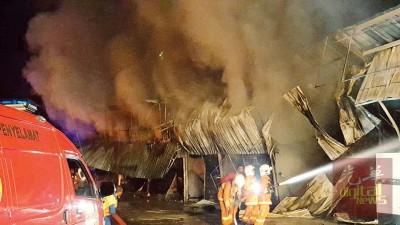 由于10个档口主要是木板建成而加速火势的蔓延。消拯人员在展开灌救行动。