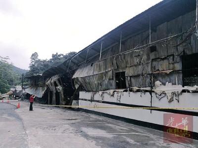 马来熟食、售卖水果、蔬菜、儿童玩具、纪念品以及咖啡馆的档口被烧成废墟。