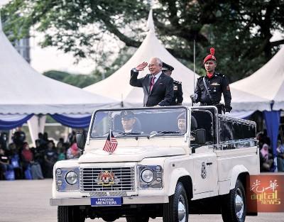 纳吉检阅皇家警察仪仗队伍。