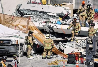 抢救人员以现场展开搜查救。(法新社照片)