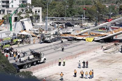 客人天桥突然倒塌。(法新社照片)