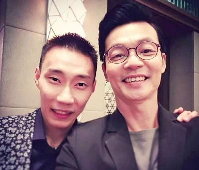 李国煌(右)扮演李宗伟的父亲。