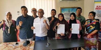 (左4)穆斯达金代表槟州青年先驱队召开记者会,澄清组织与政治无关。