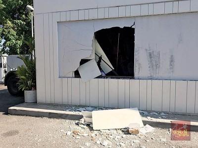 货仓外的玻璃墙碎片散落满地。