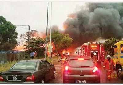 木屋遭火魔侵袭,火势甚猛。