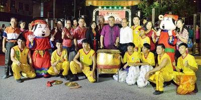 陈德钦与华光大帝龙狮团成员马华大山脚区会成员合影。