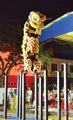 荣获世界狮王争霸赛季军的武拉必华光大帝龙狮团呈献别开生面的高桩舞狮表演。