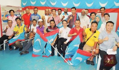 刘子健移交武吉淡汶区选战授旗仪式。