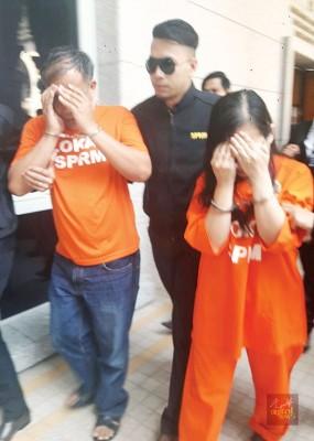 嫌犯夫妇由反贪会人员押往推事庭办理延扣手续。