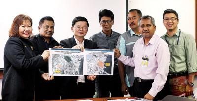 曹观友(左3)共阿末还迪(左2)、槟岛市议员张君仪同其它单位表示,同开记者会。