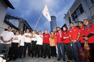 林冠英、曹观友和郑来兴与光大竞选团队,一起主持启动仪式。