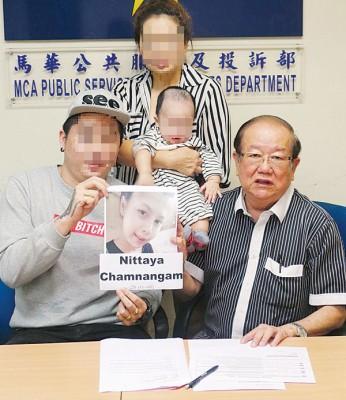 张峻豪(前排左起)与张天赐召开记者会。后排为母亲许丹妮与儿子张家劲。