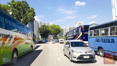 湖内组屋区一带路段两旁停满厂巴、学生巴士及长途巴士。