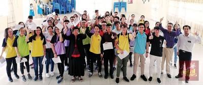 吉华国中优秀生在副校长陈奕郿及老师陪同下,开心展示漂亮成绩单。